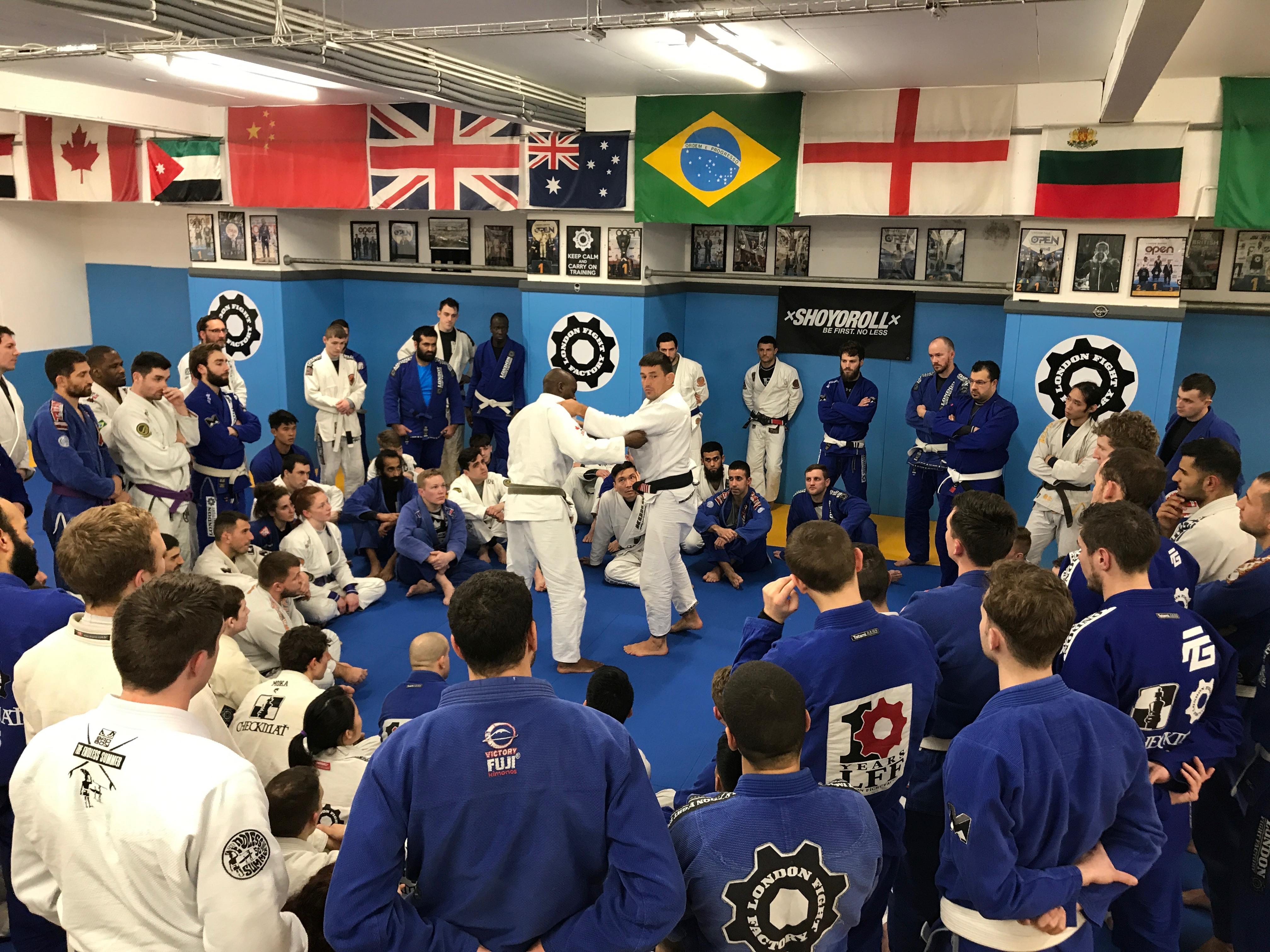 Alunos lutando sobre tatame, em Seminário feito por Demian Maia, em Londres